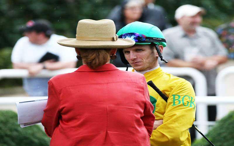 jockey-talking-to-trainer